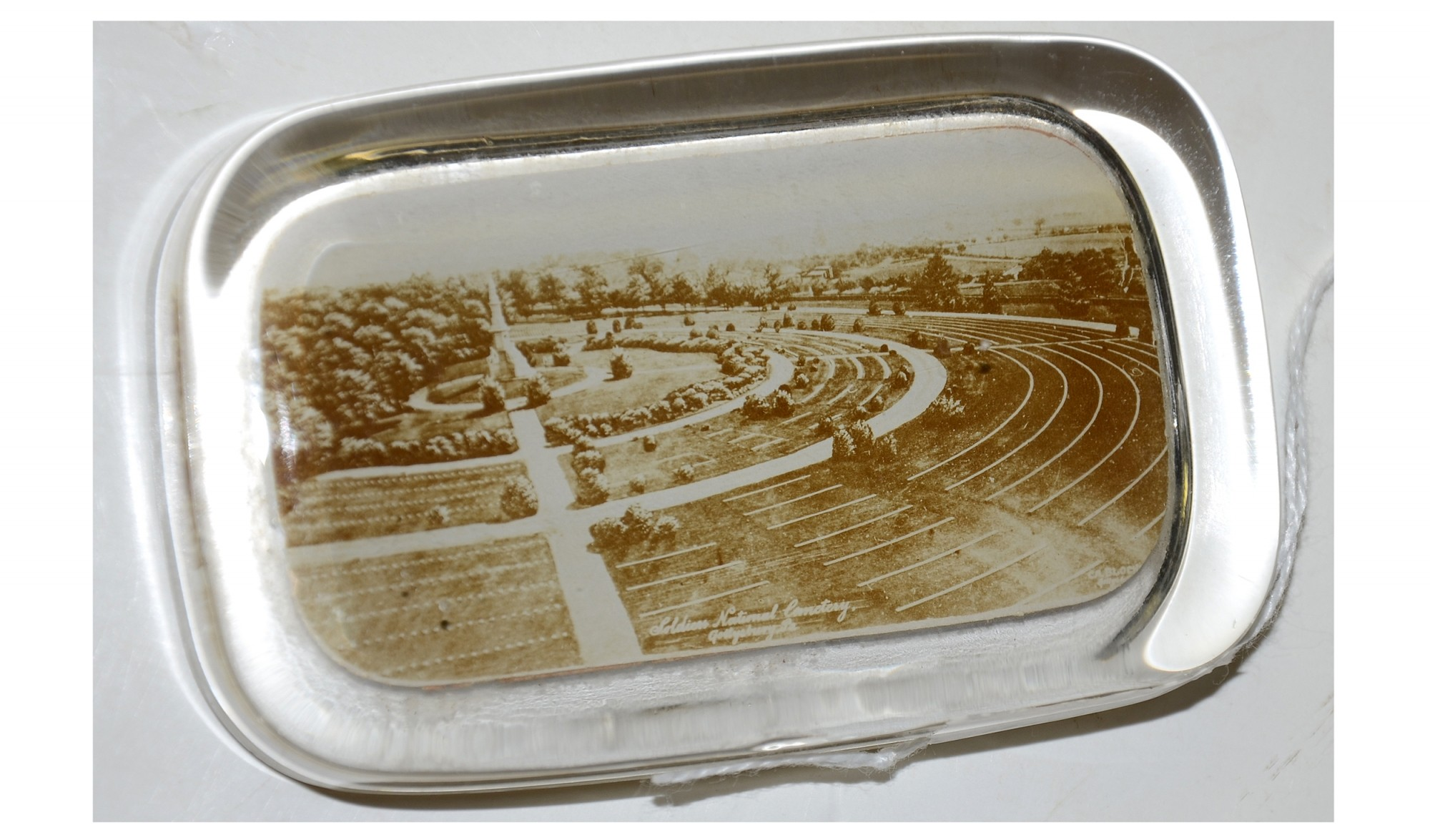 HEAVY GLASS PAPERWEIGHT WITH VIEW OF GETTYSBURG NATIONAL CEMETERY