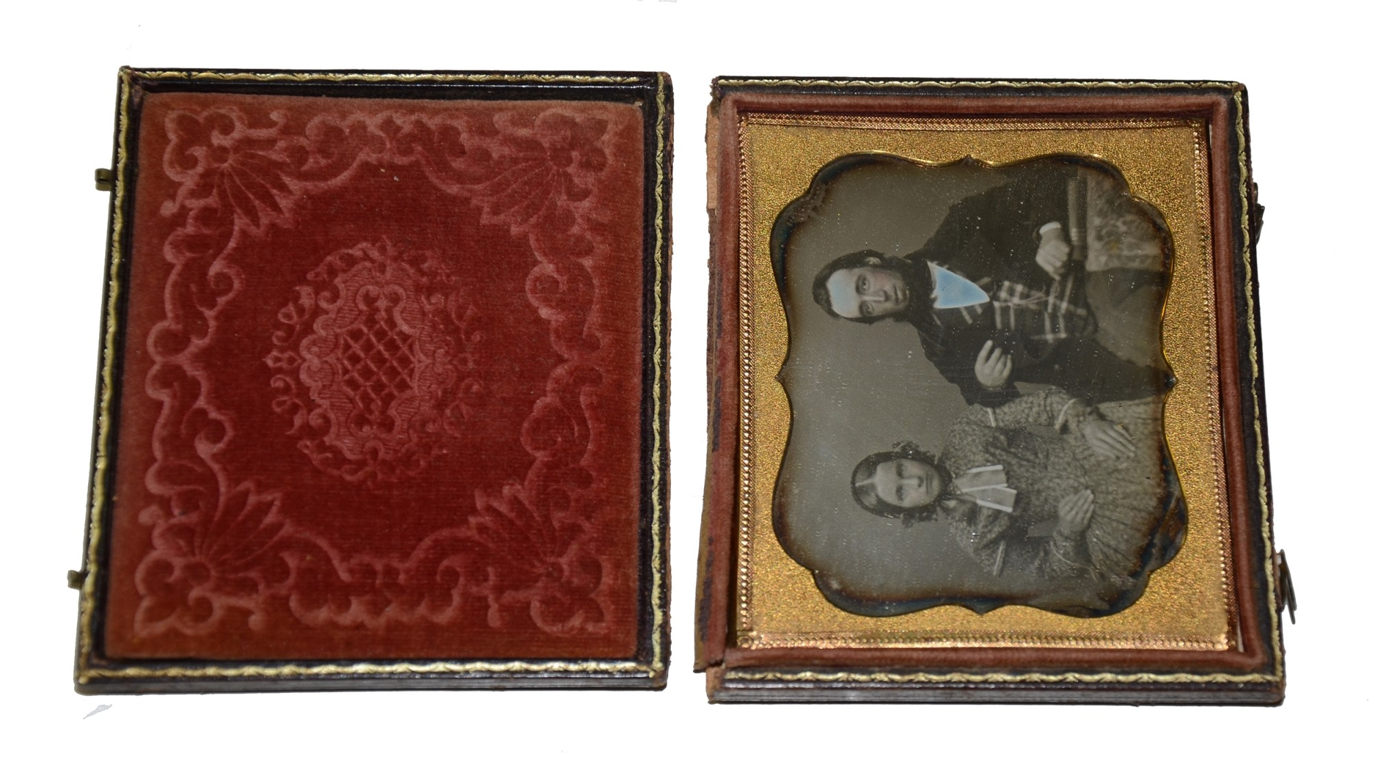 SIXTH PLATE DAGUERREOTYPE OF YOUNG COUPLE, CIRCA 1850